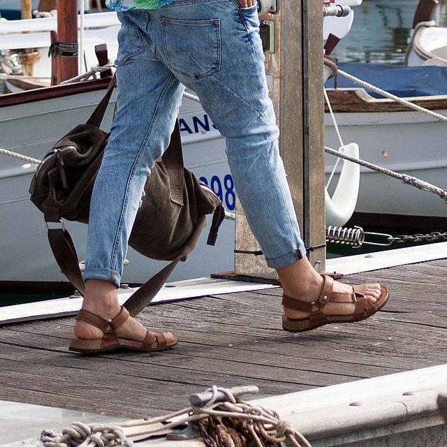 Sandalia de piel cuero
