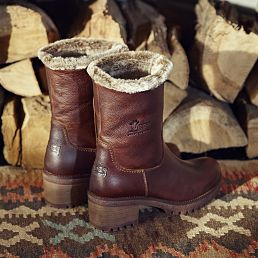 Leather women's boot in bark with a fur lining