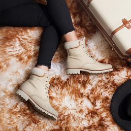 Leather boot in ecru with a lining of Sheepskin