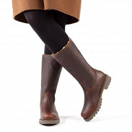 Leather women's boot in chestnut brown with a fur lining