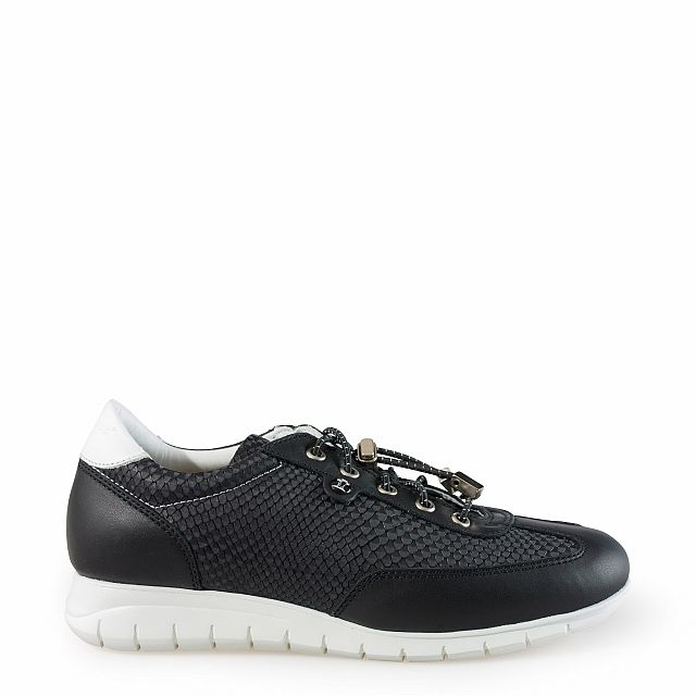Leather trainer in black with leather inner lining