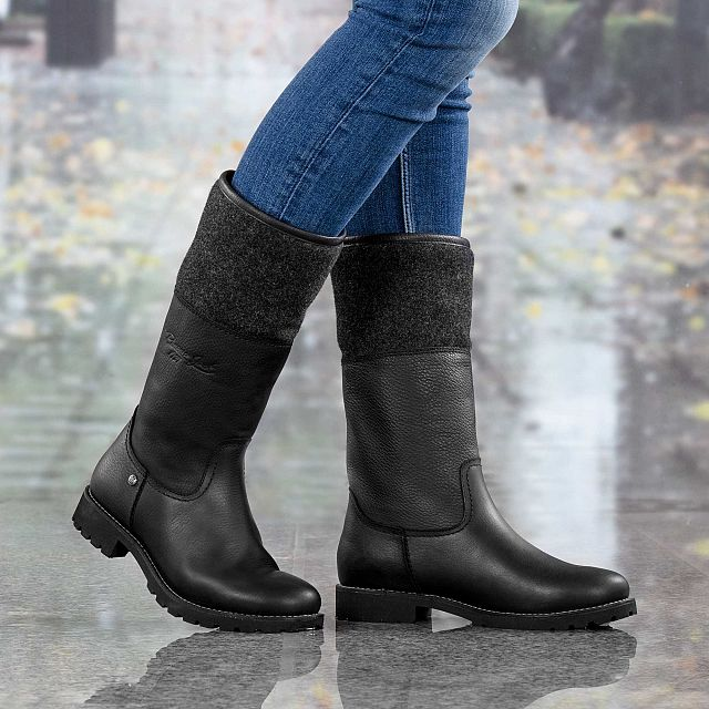 Black leather boot with warm lining