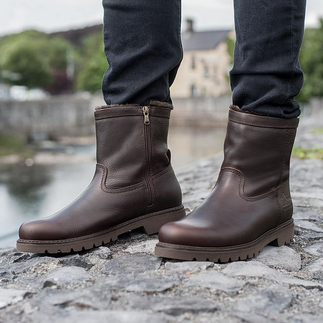 Brown leather boot with warm lining