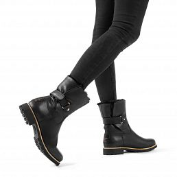 Black leather women's boot with a lining of natural fur
