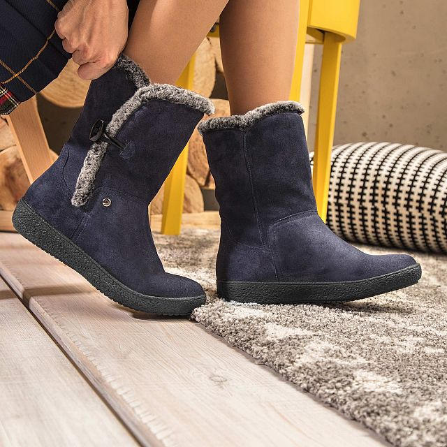 Navy leather boot with warm lining