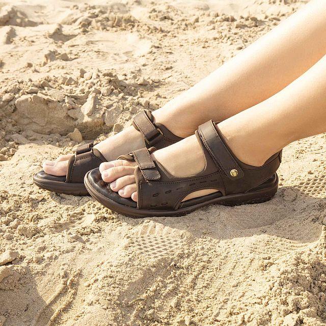 Sandalia de piel marrón con forro de lycra