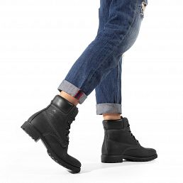 Women's leather boot with a leather inner lining
