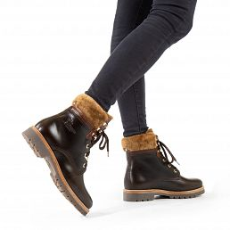 Pull-up leather women's boot with a lining of natural fur