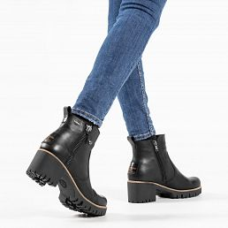 Black leather women's boot with a GORE - TEX lining