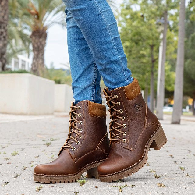 Natural leather boot with a leather lining